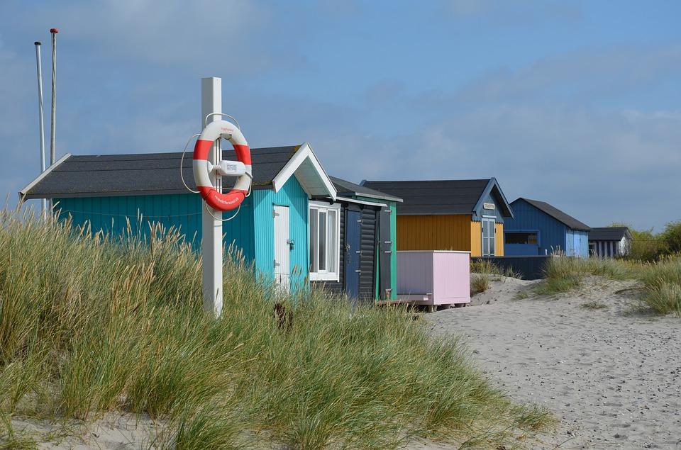 små bådhuse ved stranden