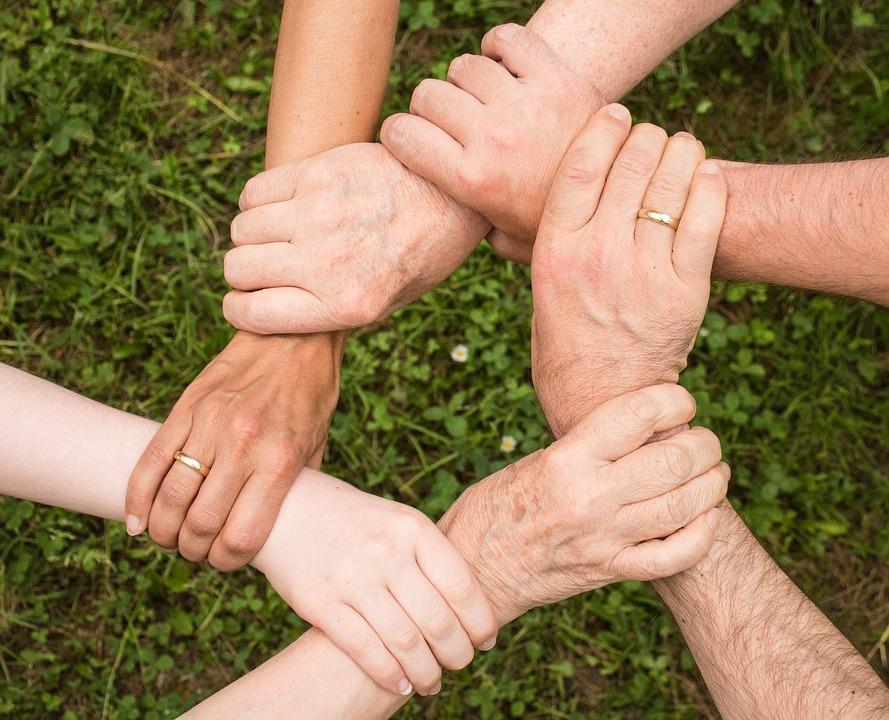 Hænder, der holder sammen