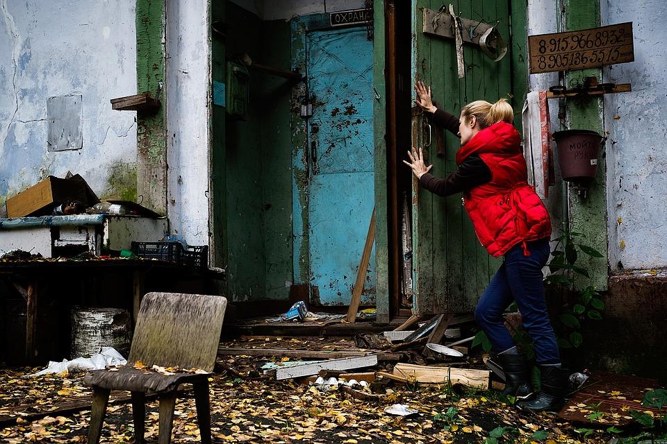 Kvinde løser gåder i Escape Room